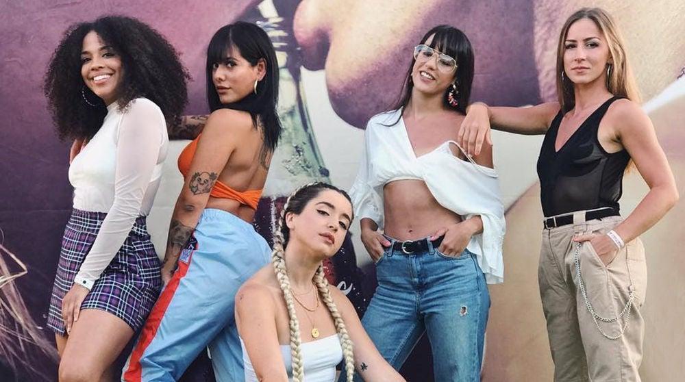 Mimi junto a sus bailarinas de Lola Índigo