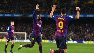 Dembelé y Luis Suárez se felicitan por el gol del Barcelona