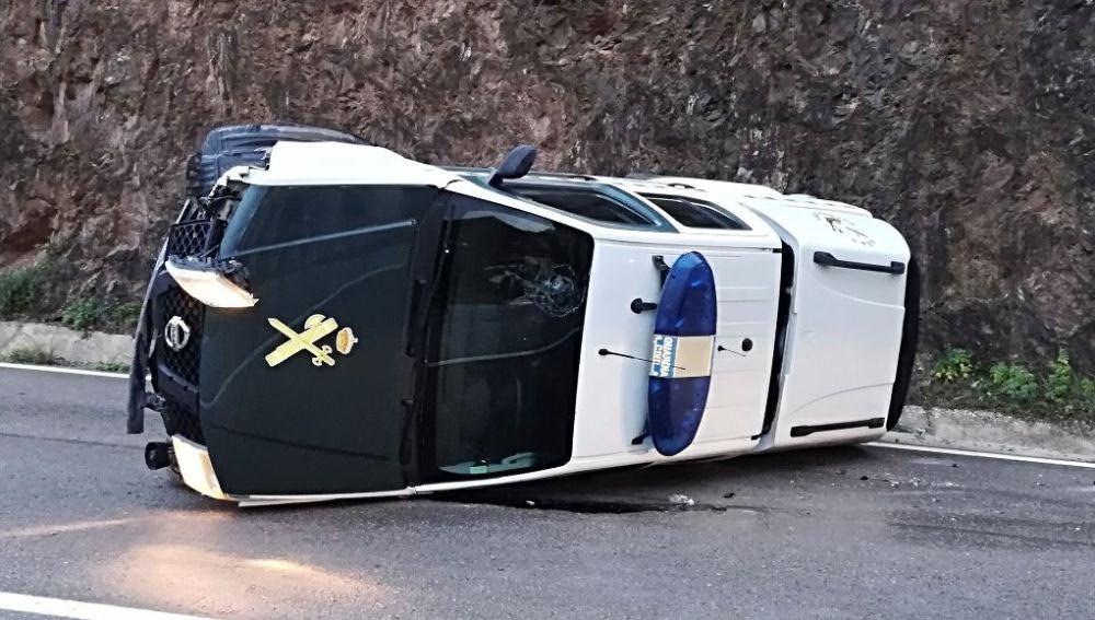 Coche de la Guardia Civil volcado al ir al rescate de Julen