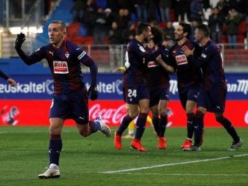 Los jugadores del Eibar celebran un gol ante el Espanyol