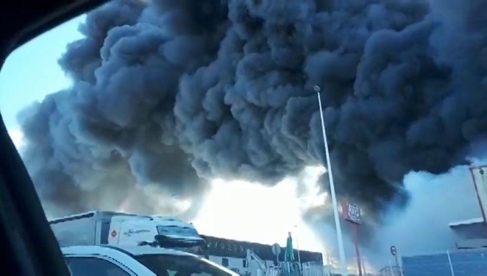 Los bomberos tratan de extinguir un incendio en un polígono industrial de Manises