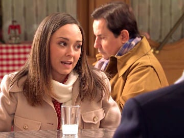 Mónica, ante la mirada desafiante de Carlos, anima a Natalia a volver con su padre