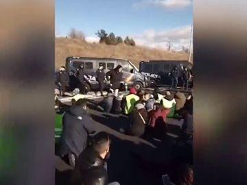 """Los taxistas cortan la M40 en Madrid: """"Que se enteren de con quién están peleando"""""""