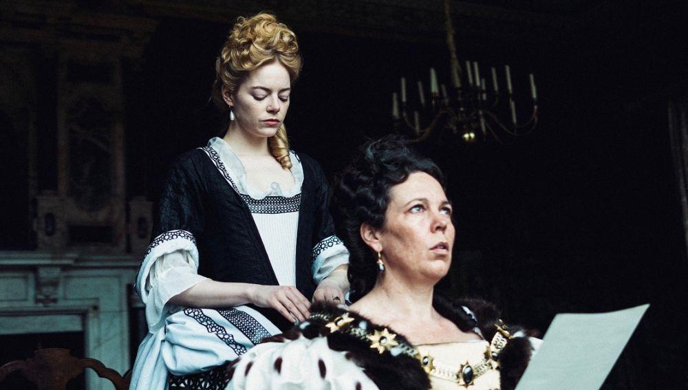 Emma Stone y Olivia Colman en 'La Favorita'