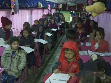 Transforman un autobús en una escuela móvil para los niños que se han quedado sin colegio en Irak