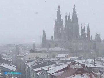 La nieve cubre de blanco ciudades como Burgos y deja espesores de hasta un metro en los Pirineos