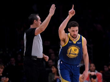 Klay Thompson celebra uno de sus 10 triples contra los Lakers