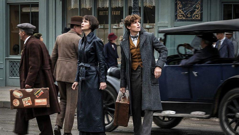 Katherine Waterson y Eddie Redmayne en 'Animales Fantásticos: Los Crímenes de Grindelwald'