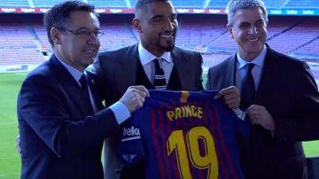 Kevin-Prince Boateng posa con su camiseta del Barça