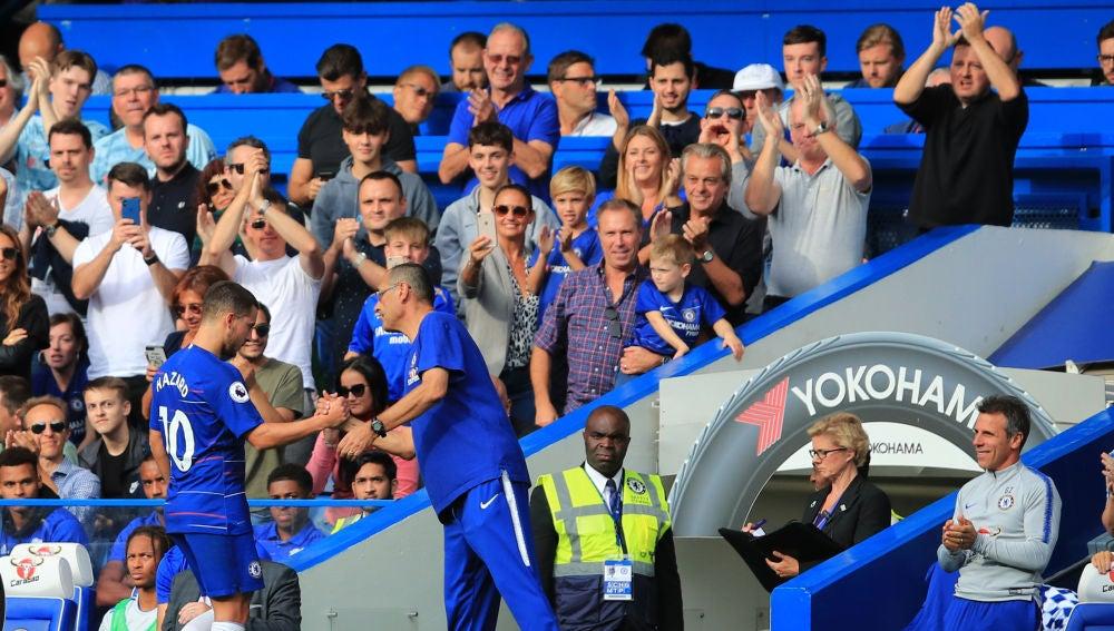 Maurizio Sarri saluda a Hazard tras sustituirle en un partido