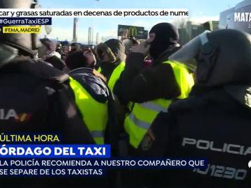 Máxima tensión en directo: La Policía recomienda a un reportero de 'Espejo Público' que se separe de los taxistas