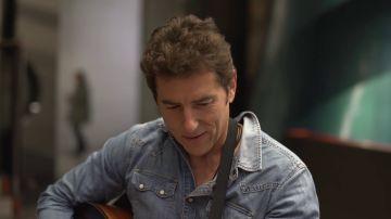 Vídeo: Manel Fuentes se atreve con la guitarra y nos canta un sencillo