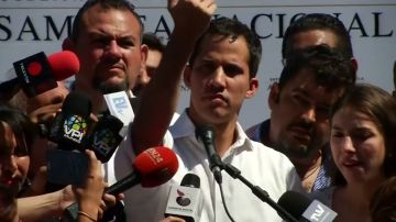 Trump reconoce a Guaidó como presidente legítimo de Venezuela, que anuncia que asume la Presidencia