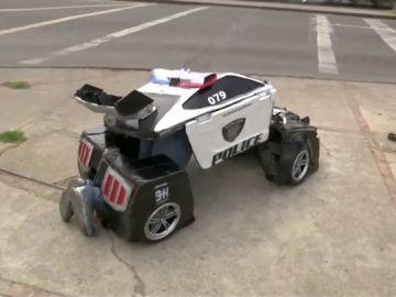 El 'transformer humanoide' Luis René Cruz se convierte  en coche de policía y patrulla por las calles de Bogotá