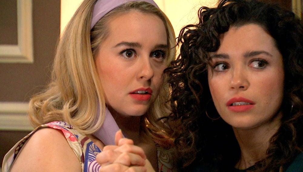 Amelia y Luisita, sorprendidas en un momento íntimo
