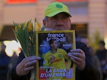 Un aficionado del Nantes, con una portada de 'France Football' en la que aparece Emiliano Sala
