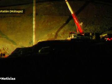 El tubo se logra instalar en el interior de la galería vertical que se ha construido para llegar hasta el pozo donde está Julen