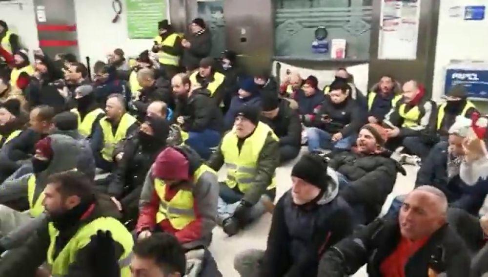 Los taxistas realizan una sentada en el Metro de Madrid