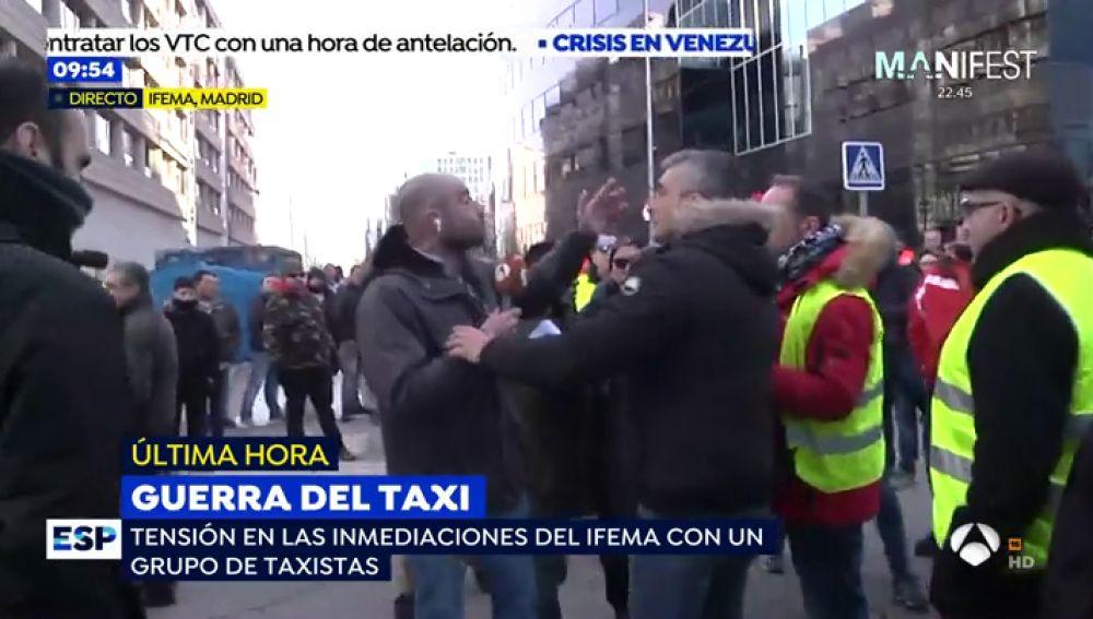 Un grupo de taxistas agrede con empujones y 'huevazos' a un reportero de 'Espejo Público' en Ifema