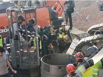 Los mineros probando las jaulas