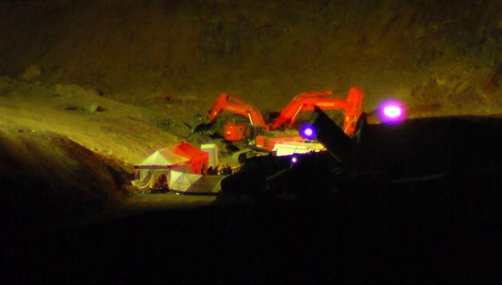 Equipos de rescate, reunidos por la noche