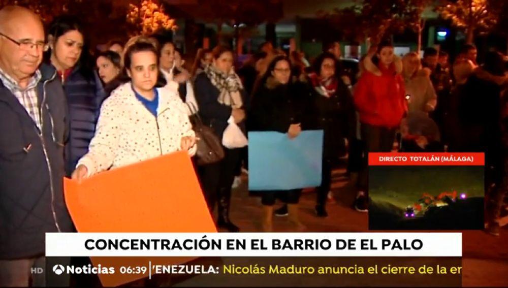 Los vecinos de El Palo esperan noticias de Julen concentrados en la puerta de su casa