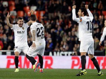 Gayà, Santi Mina y Parejo celebran un gol
