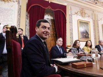 El presidente de la Junta de Andalucía, Juanma Moreno (de espaldas), durante la primera reunión del Consejo de Gobierno.