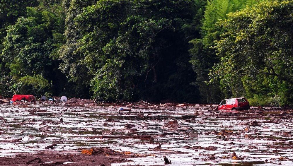 Río de lodo y residuos por la rotura de una presa en Brasil