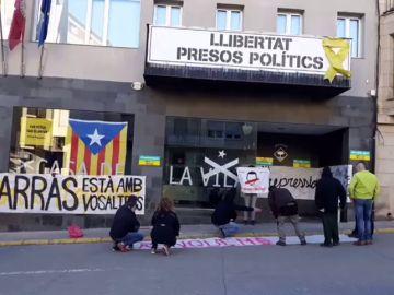 Un grupo de CDR se encierra en el Ayuntamiento de Alcarràs para apoyar a los alcaldes investigados por el 1-O