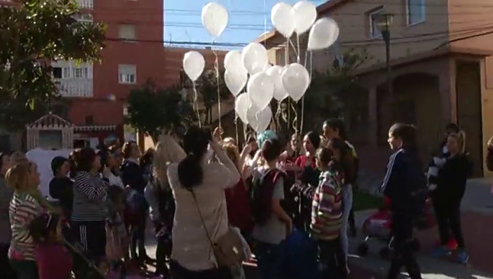 Los vecinos de El Palo guardan un minuto de silencio en honor a Julen