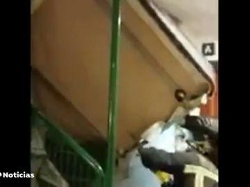 Bomberos desatrancando un canapé atascado