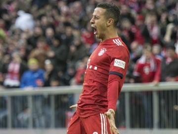 Thiago celebra un gol con el Bayern