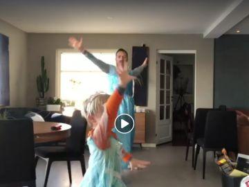 Un padre baila con su hijo disfrazados de Elsa de Frozen
