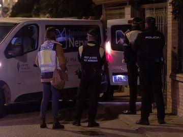 Efectivos de la Policía Nacional ante el domicilio de la mujer de 67 años que ha sido asesinada en Dos Hermanas