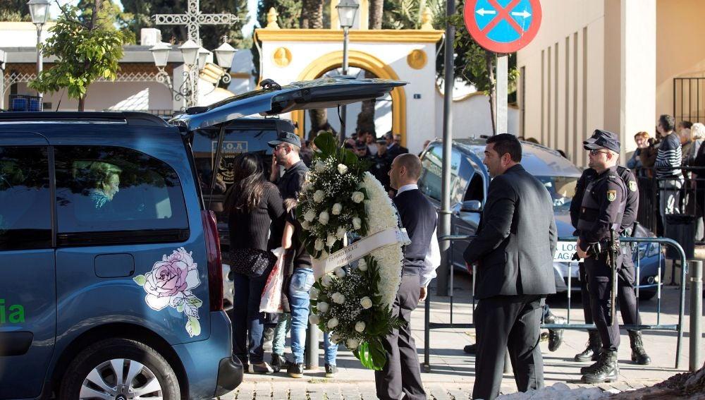 Servicios funerarios portan coronas de flores en el tanatorio de la barriada malagueña de El Palo