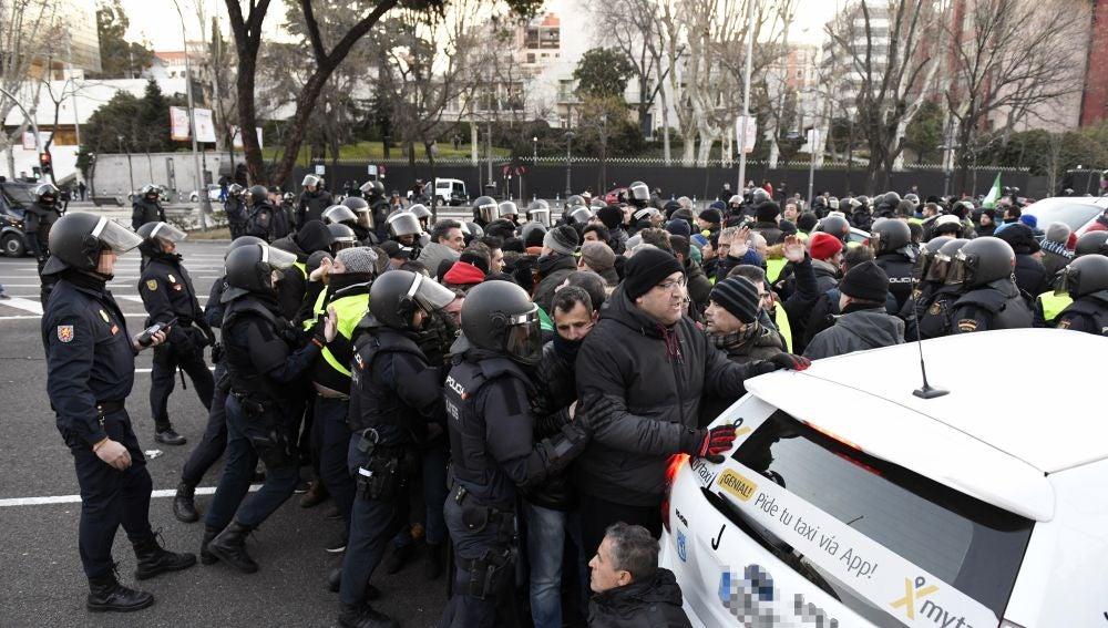 Agentes de la Policía Nacional proceden a desalojar a los taxistas