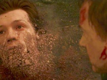 Spider-Man desapareciendo tras el chasquido de Thanos