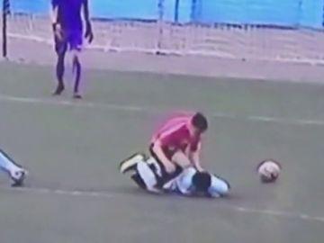 Salvaje agresión en un partido de fútbol base en Canarias