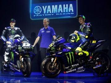 Maverick Viñales y Valentino Rossi en la presentación de la nueva Yamaha