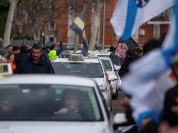 Taxistas durante una concentración.