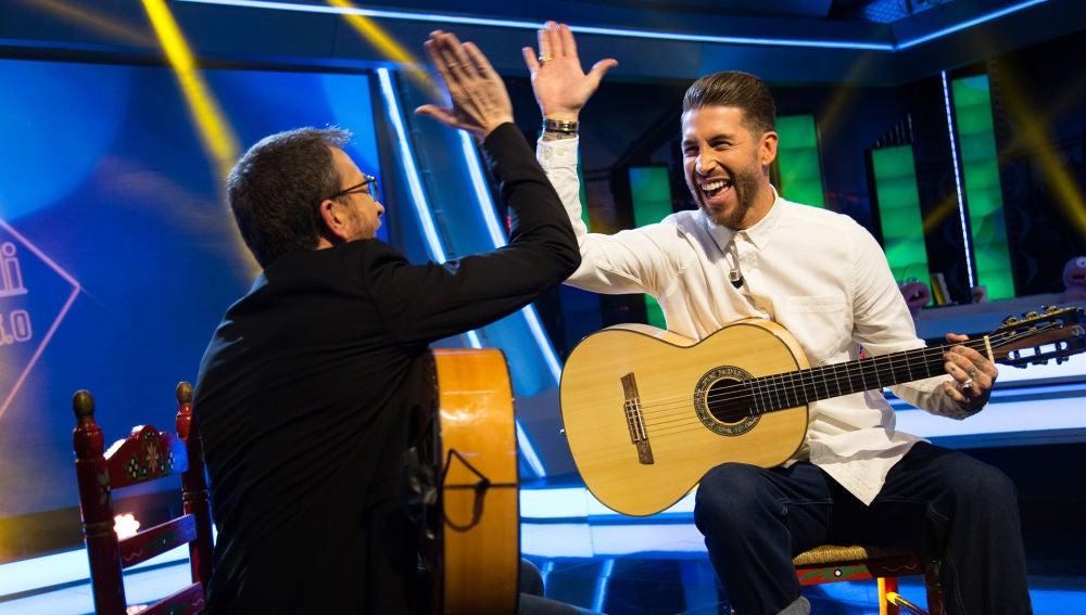 Sergio Ramos y Pablo Motos emocionan tocando 'Entre dos aguas' con la guitarra en 'El Hormiguero 3.0'