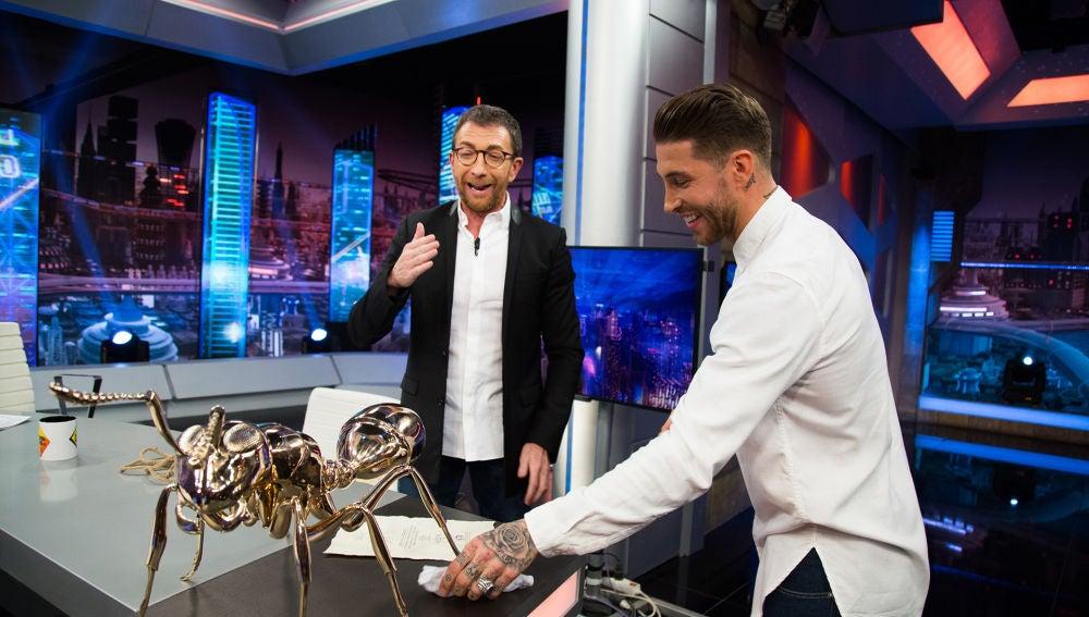 El regalazo de Sergio Ramos con el que ha sorprendido a Pablo Motos en 'El Hormiguero 3.0': una hormiga de bronce pulido