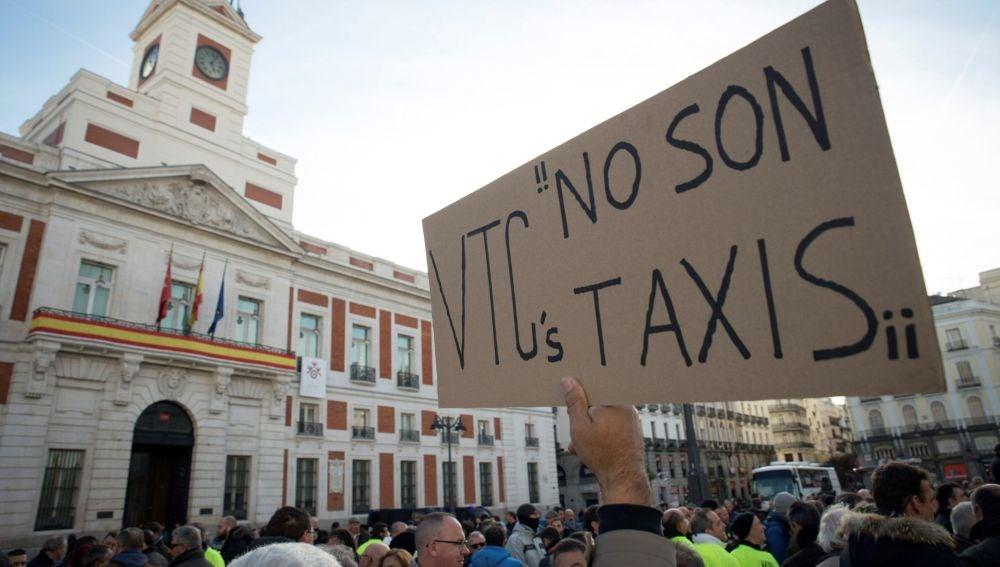 Un momento de la concentración de taxistas madrileños en la Puerta del Sol