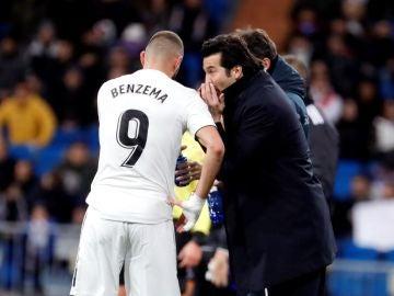 Santiago Solari conversa con Karim Benzema