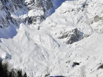 Un helicóptero participa en las labores de rescate de los esquiadores en los Alpes italianos