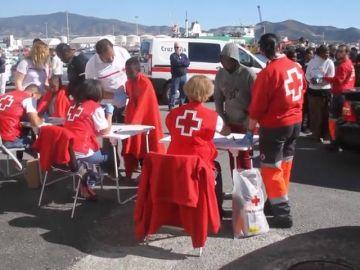 La Guardia Civil rescata una embarcación con 97 subsaharianos en Motril