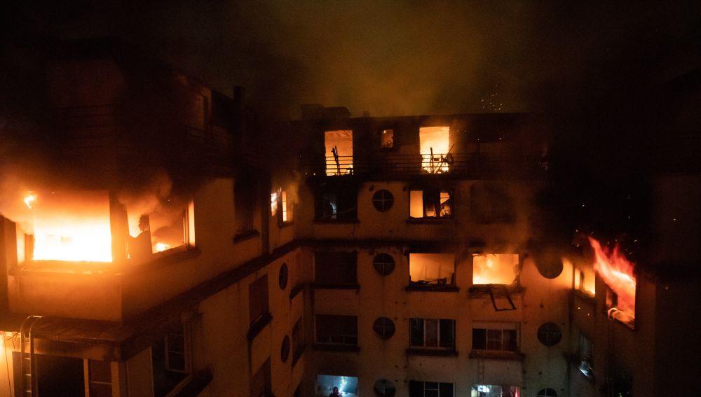Las llamas devoran las últimas plantas del edificio de 8 plantas