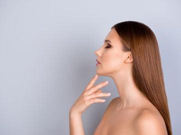 Mujer con dedo índice en su barbilla