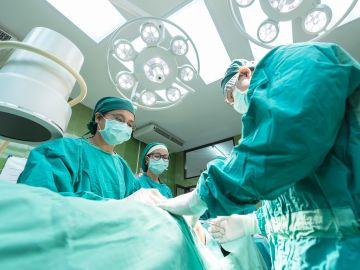 Cirujanos en una operación (Archivo)
